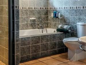 Τοποθέτηση πλακιδίων σε μπάνιο