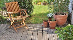 Ξύλινο καθιστικό στον κήπο