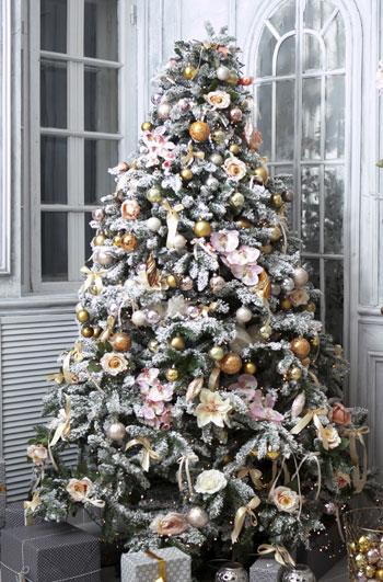 χιονισμένο χριστουγεννιάτικο δένδρο