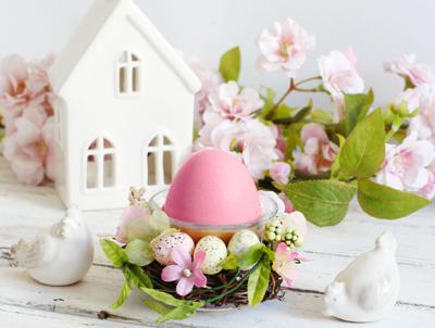 Απαλό ροζ και φυσικό πράσινο σε λευκό φόντο. Ρομαντική και ανοιξιάτικη πασχαλινή διακόσμηση.