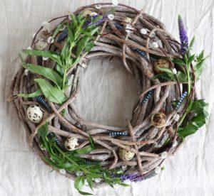 Πασχαλινό στεφάνι με rustic ύφος από φυσικά κλαδιά και λουλούδια του αγρού.