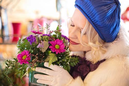 γυάλινο βαζάκι με λουλούδια