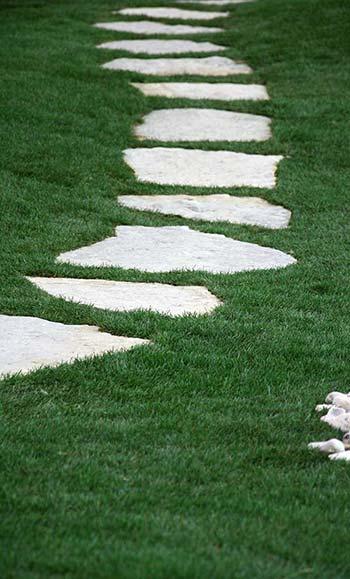 Λεπτομέρεια διάδρομου με πέτρα και βότσαλο. Ο διάδρομος ουσιαστικά παίρνει τη μορφή του από τα βότσαλα. Οι πέτρες στο κέντρο δημιουργούν εύκολα πατήματα και βοηθούν στην κίνηση. Επίσης αναβαθμίζουν αισθητικά την κατασκευή.