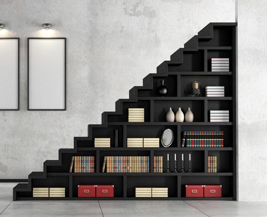 Βιβλιοθήκη κάτω από την εσωτερική σκάλα