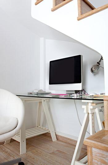 Γραφείο κάτω από εσωτερική σκάλα