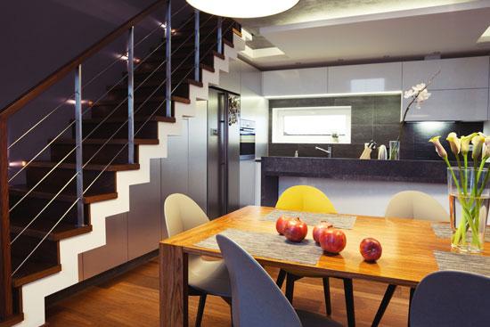 Τμήμα της κουζίνας κάτω από εσωτερική σκάλα.